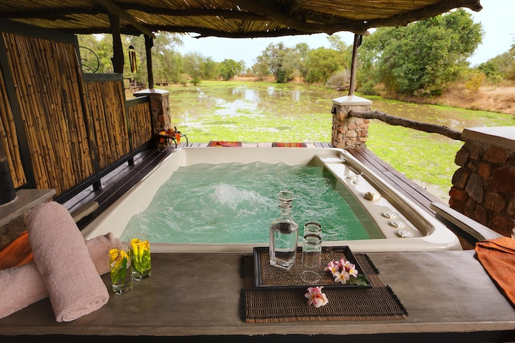 Mfuwe Lodge, bath tub